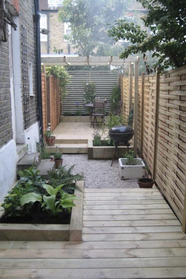exemple exterieur en longueur jardin terrasse moderne bois et gravier brise vues