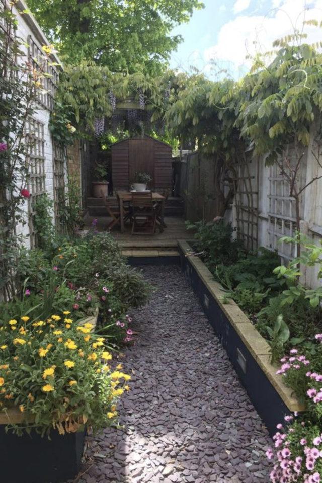 exemple exterieur en longueur jardin jardinière plante et gravier