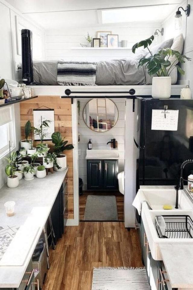 exemple interieur tiny house blanche espace cuisine mezzanine dessus salle de bain