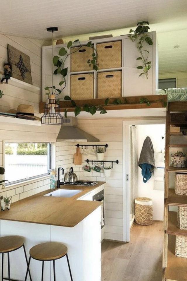 exemple interieur tiny house blanche petite cuisine plan de travail bois mezzanine chambre