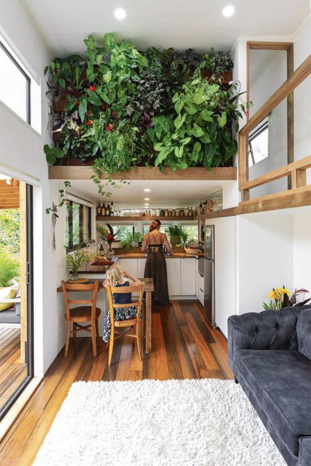 exemple interieur tiny house blanche cuisine coin repas mezzanine plantes vertes