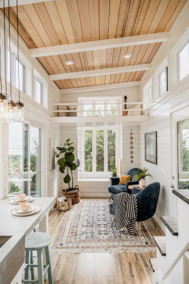 exemple interieur tiny house blanche pièce de vie lumineuse plafond lambris bois