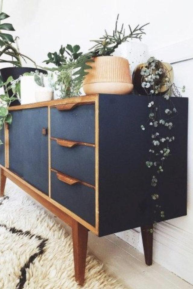 exemple meuble vintage relooke enfilade peinte en bleu mat piètement poignées en bois naturel