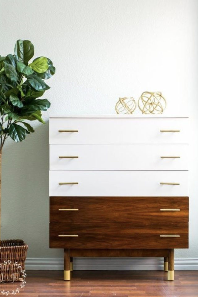 exemple meuble vintage relooke commode chambre à coucher bi-colore blanc et bois avec poignées laiton