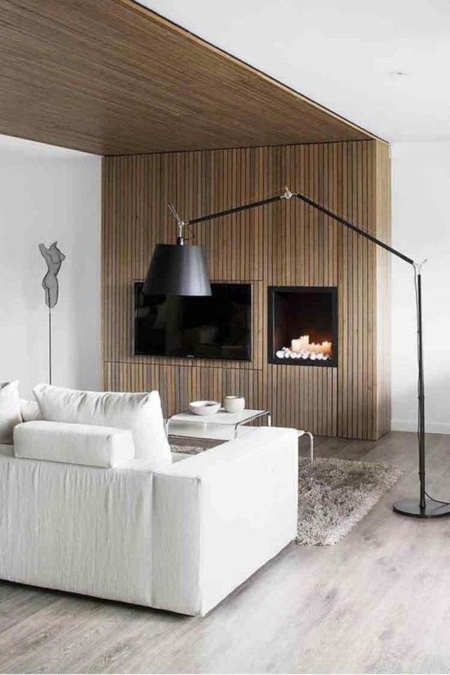 habillage mur salon bois exemple cheminée tasseau bois moderne peinture blanche plafond