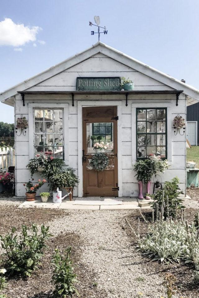 jardin amenagement she shed exemple maisonnette blanche porte fenêtre