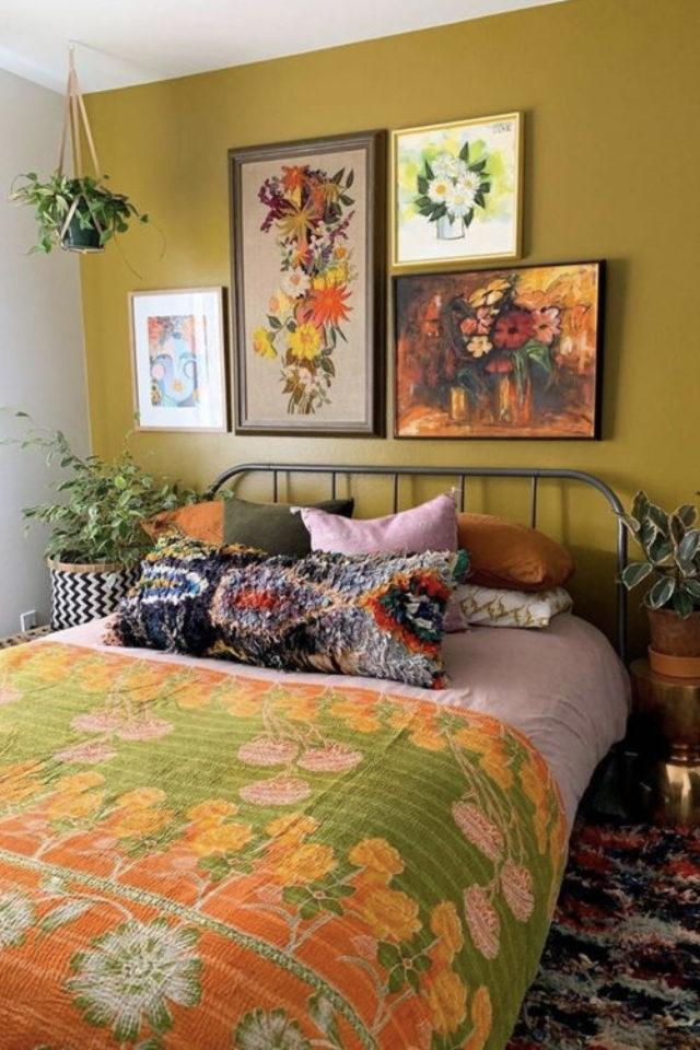 mix and match chambre a coucher couleur mur accent jaune moutarde linge de lit vintage années 70