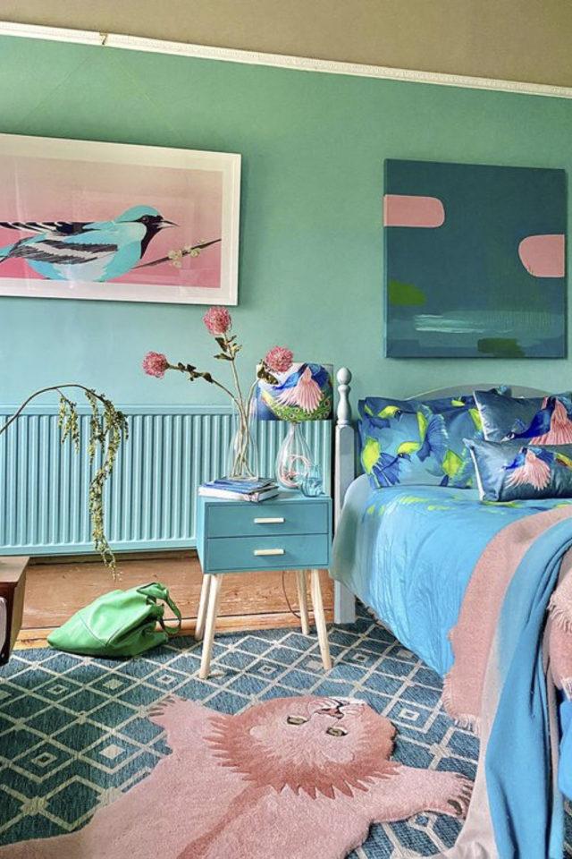 mix and match chambre a coucher couleur vert et bleu peinture radiateur linge de lit tableau touche de rose