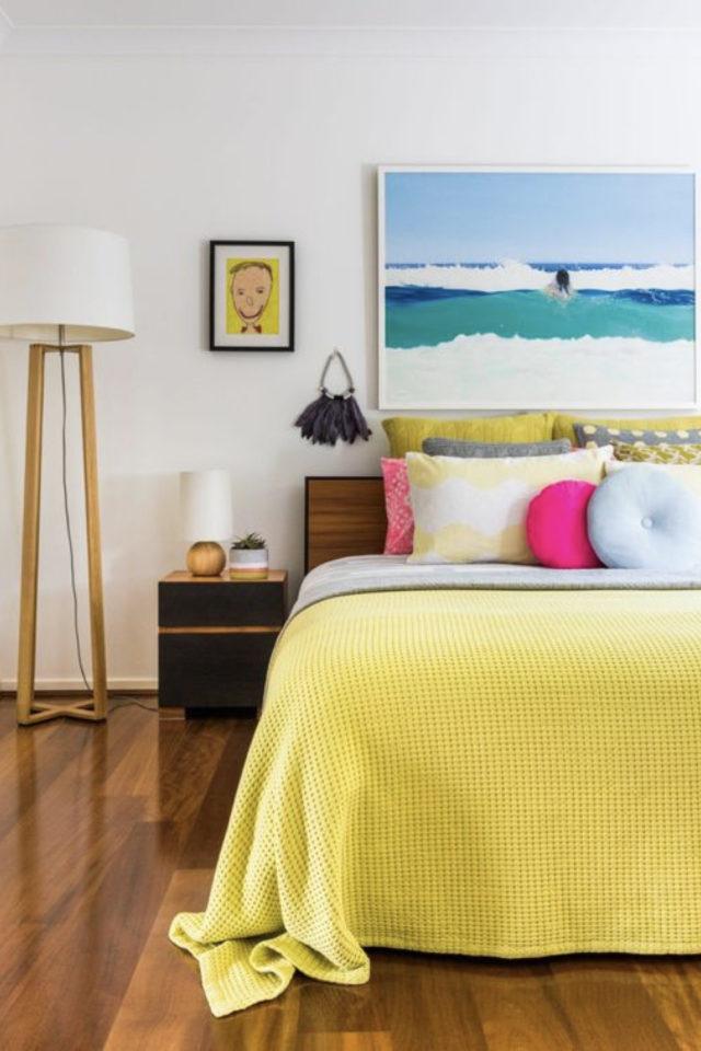 mix and match chambre a coucher couleur fond blanc linge de lit jaune rose bleu pastel tableau tête de lit bleu paysage mer