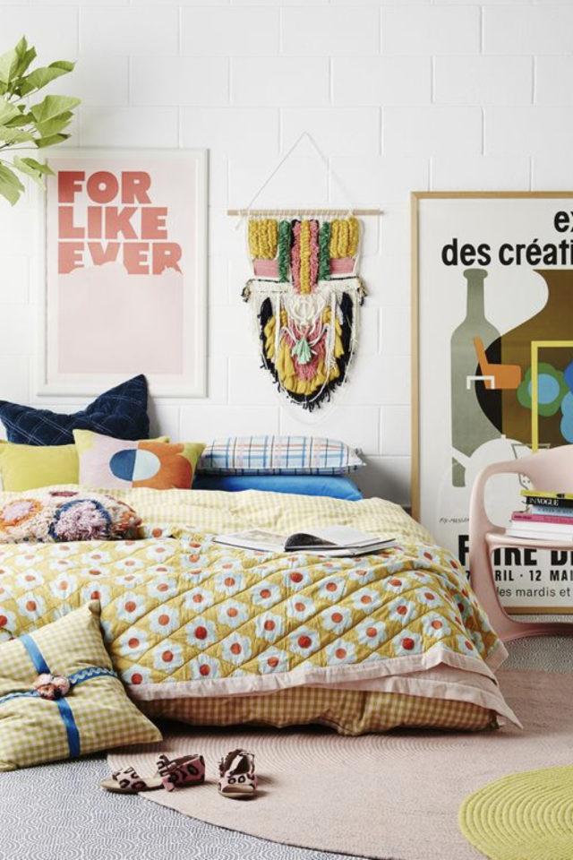 mix and match chambre a coucher couleur moderne affiche deco linge de lit motf fleur graphique jaune rose rouge