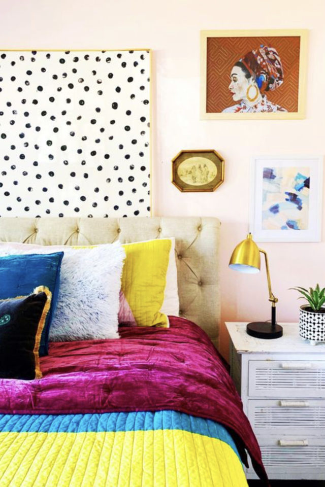 mix and match chambre a coucher couleur rose pastel peinture tête de lit noir et blanc pois fuchsia jaune bleu