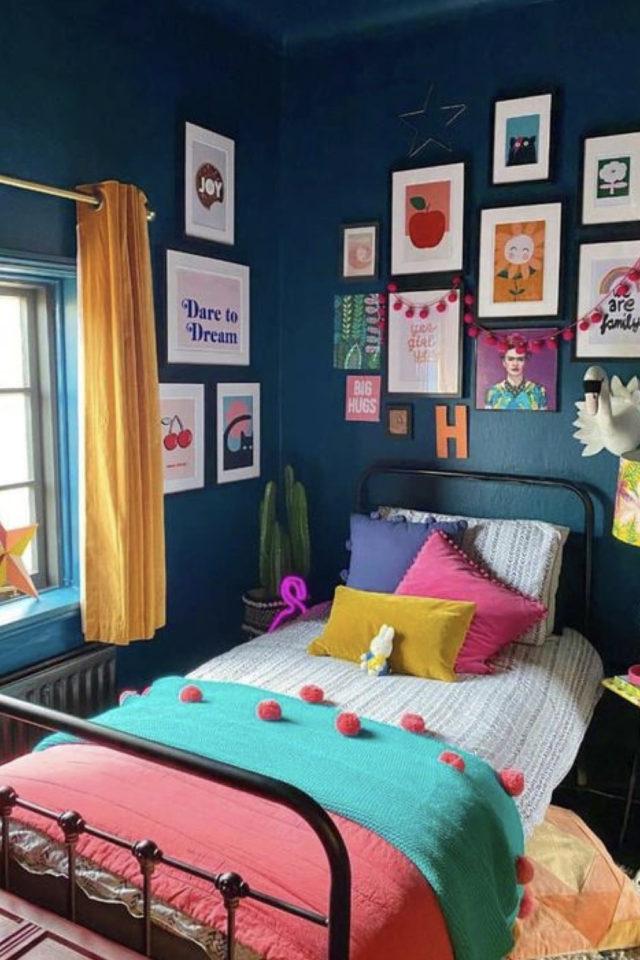 mix and match chambre a coucher couleur moderne peinture unie bleu marine nuit linge de lit corail vert rideau jaune