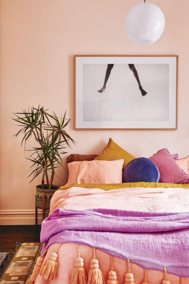 mix and match chambre a coucher couleur peinture uni rose saumon linge de lit orange violet mauve