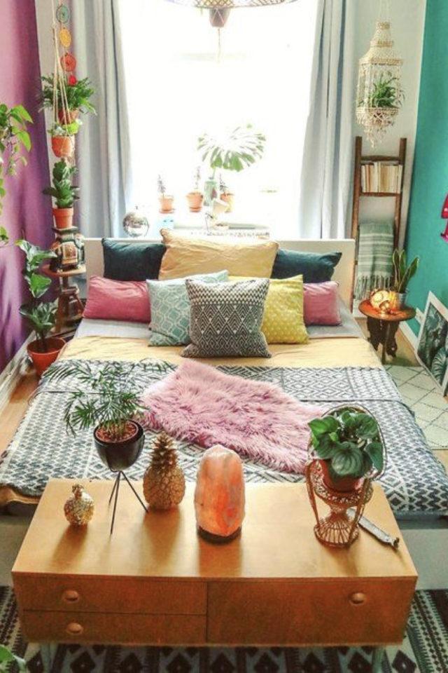 mix and match chambre a coucher couleur mur différent vert violet prune linge de lit jaune coussin corail bleu gris