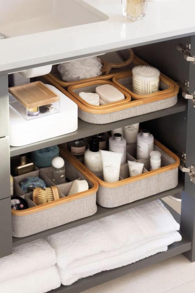 rangement meuble vasque organisation exemple tablette avec panier en tissus moderne et élégant