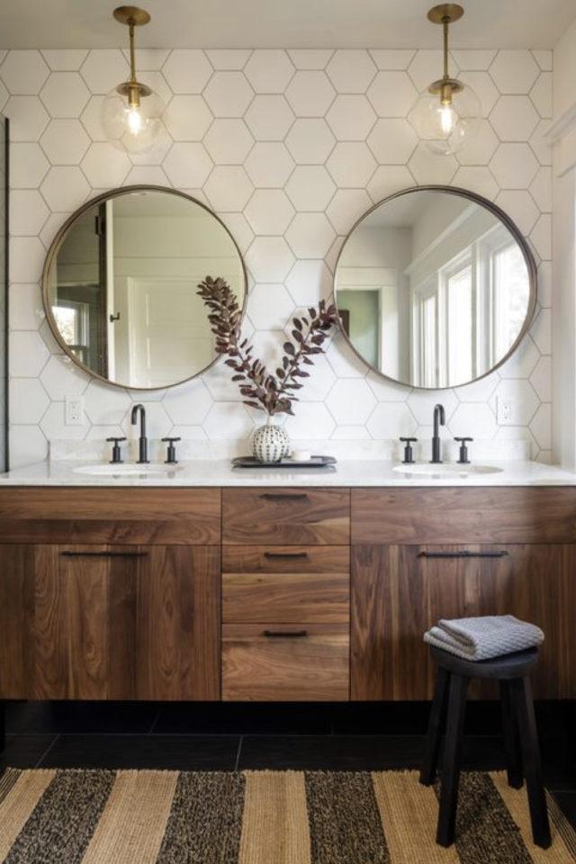 salle de bain moderne double miroir féminin et chaleureux grand format encadrement rond