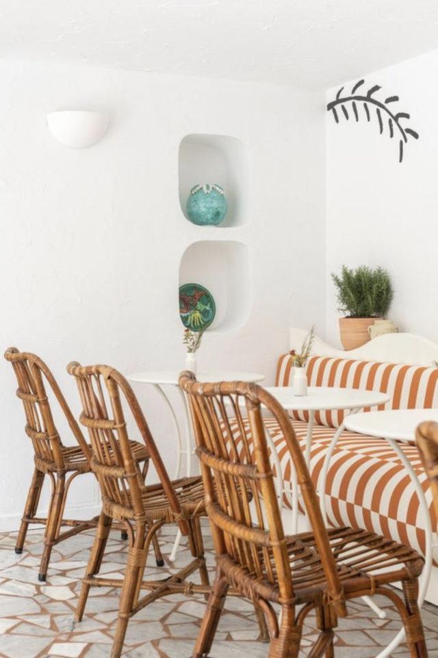 textile rayures style french riviera banquette vintage terracotta et blanc table ronde blanche et chaise en rotin