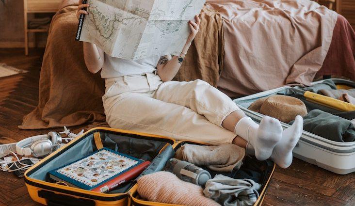 vacances valise minimaliste comment faire quoi emporter comment préparer plier gain de place conseils nomade voyage