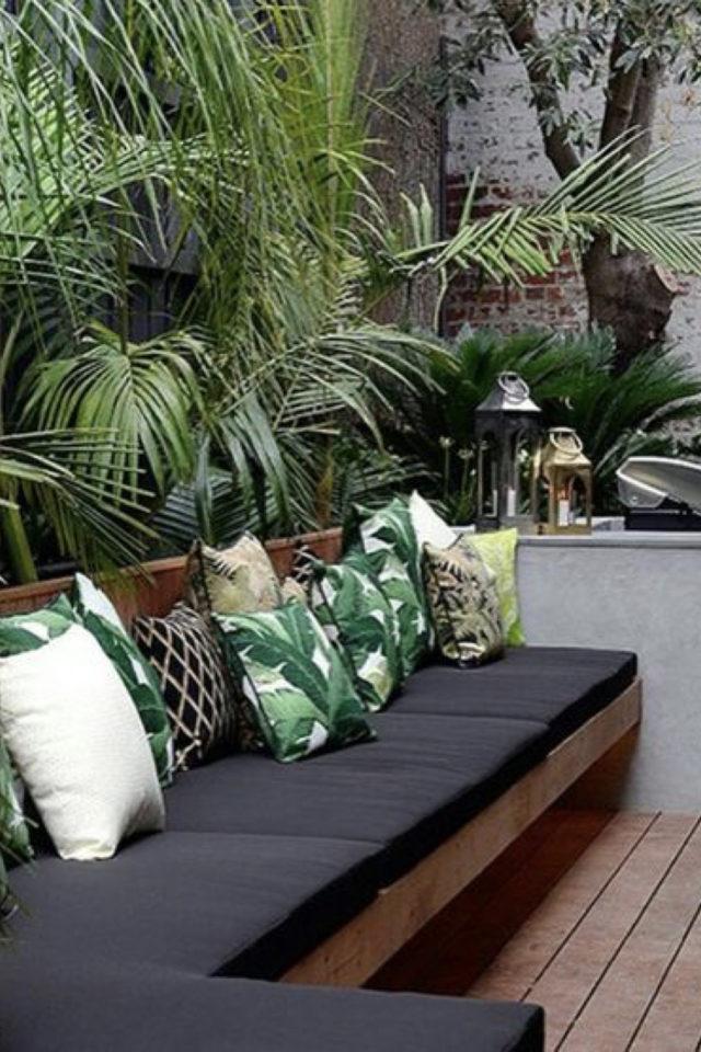 amenagement exterieur banquette confortable canapé jardin coussin assise gris dossier imprimé plantes exotiques
