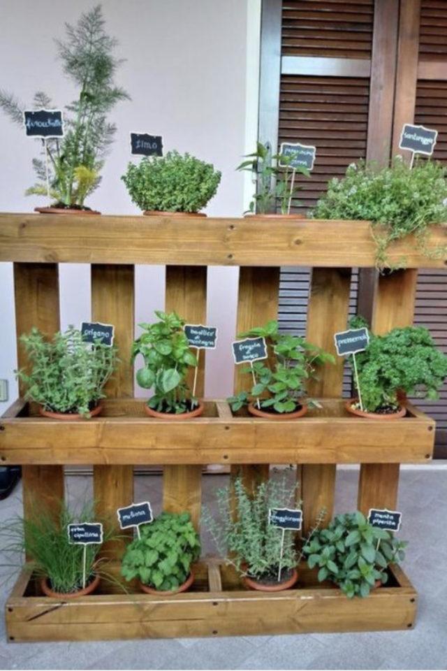 amenagement jardin a faire soi meme palette recup petit pots de fleurs herbe aromatique