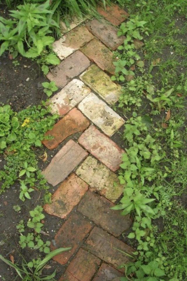 amenagement jardin a faire soi meme recup brique allée chevron extérieur