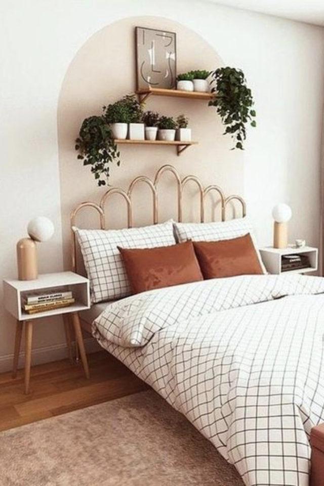 chambre douceur exemple decoration moderne decor mural peinture arche couleur pastel tête de lit en rotin plantes vertes étagères bois dessus du lit linge de lit clair