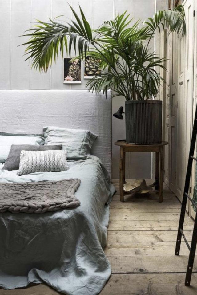 chambre fraicheur plantes exemple table de chevet tabouret tête de lit grise ambiance épurée