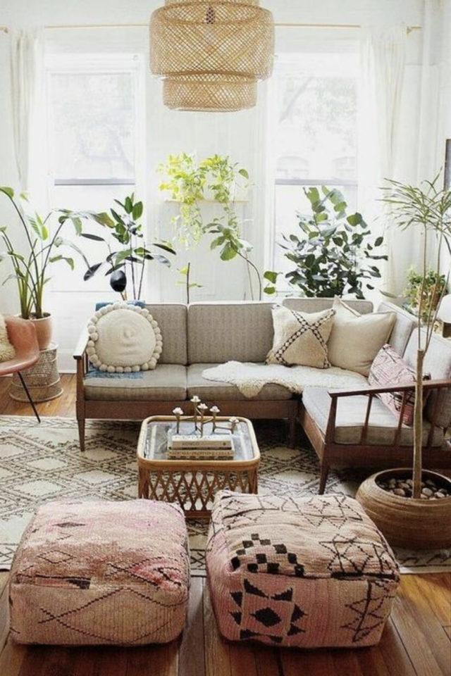coussin de sol decoration salon moderne salon bohème motif ethnique tapis canapé gris plantes vertes