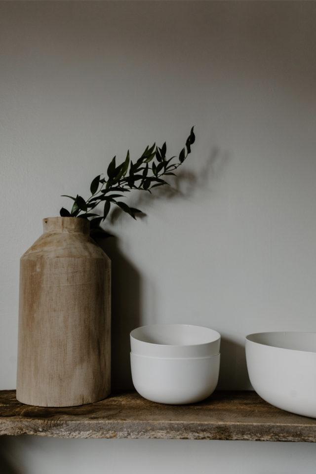 decoration moderne slow living exemple détails slow vase en grès et bol en porcelaine blanche