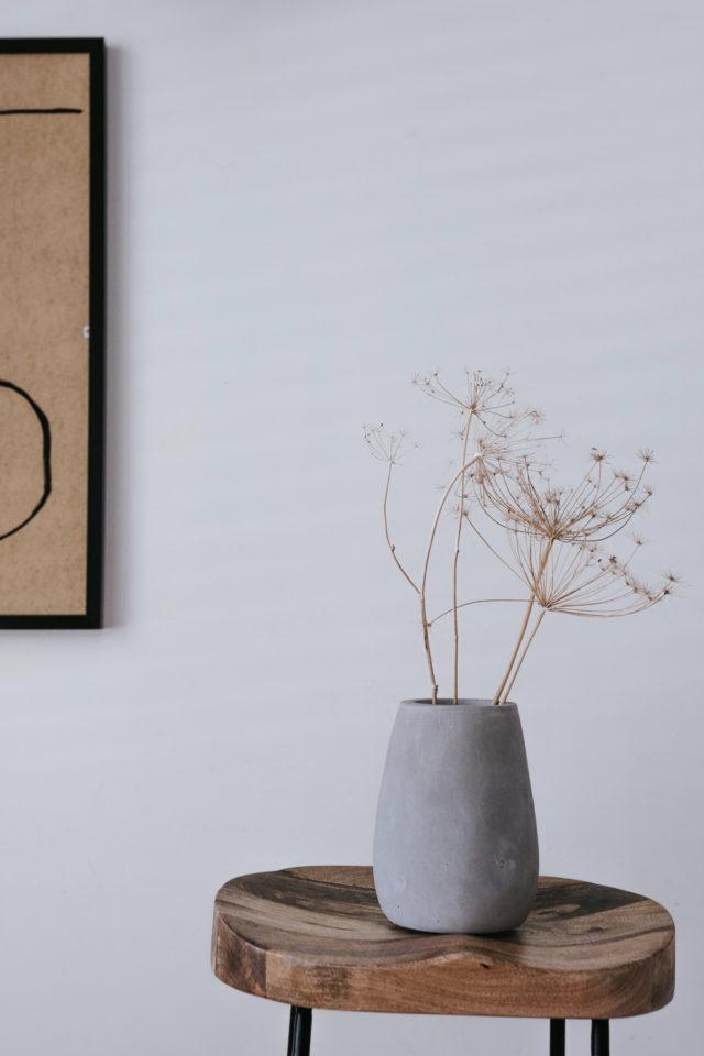 decoration moderne slow living exemple tabouret vase en béton simplicité