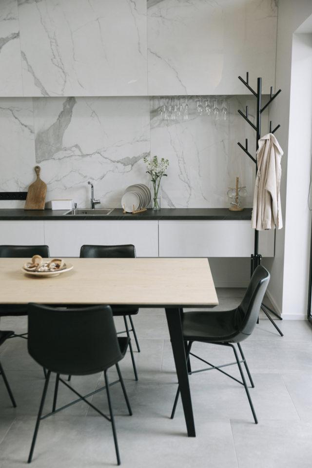 decoration moderne slow living exemple cuisine moderne blanche et crédence en marbre espace repas séjour chaise noire