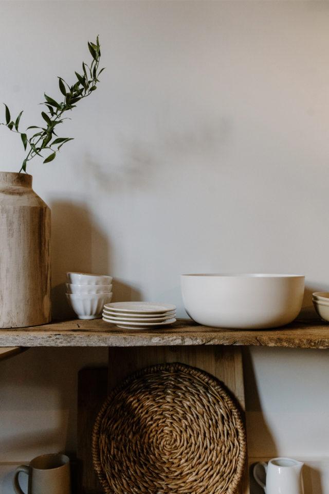 decoration moderne slow living exemple décorer au dessus console vase vaisselle
