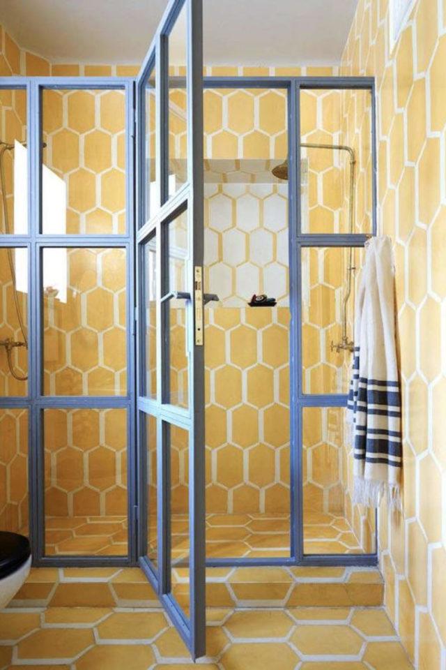 decoration murale motif jaune salle de bain carrelage hexagonal