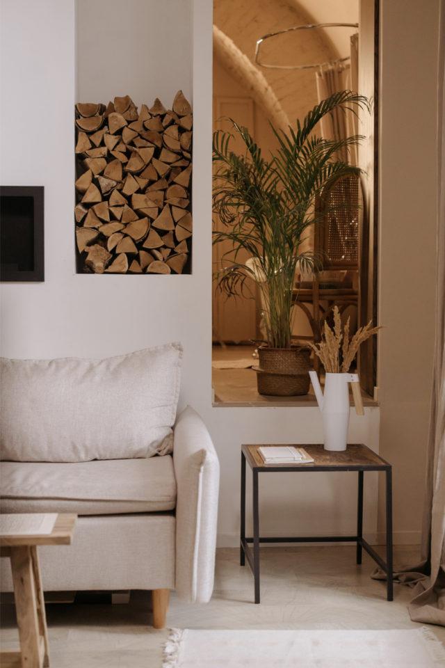 interieur slow design petit budget salon canapé beige peinture blanche couleur neutre et bois