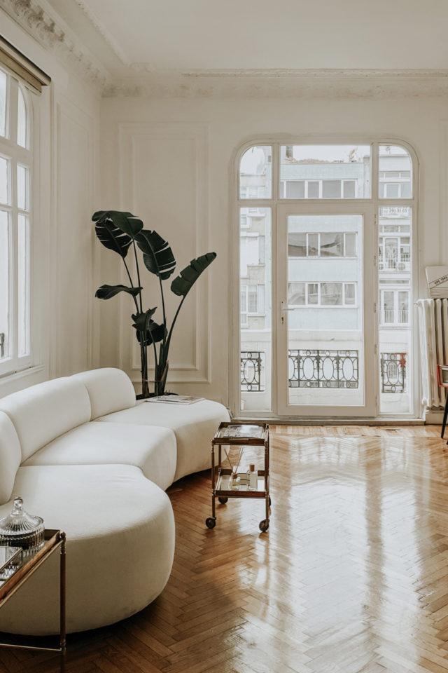 interieur slow design petit budget canapé arrondi blanc beige appartement haussmanien élégant épuré