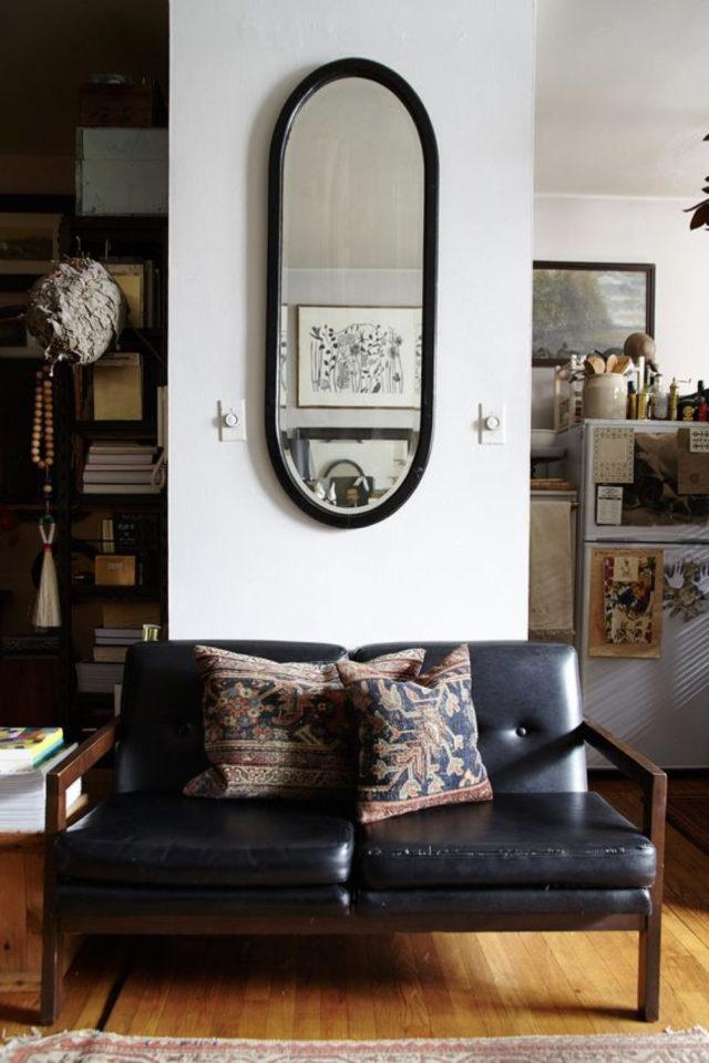 salon canape cuir vintage exemple petit espace petit sofa noir et bois miroir oval