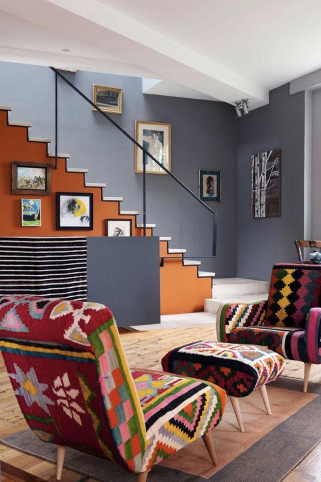 escaliers ouvert salon sejour exemple contraste couleur chaude froide bleu orange