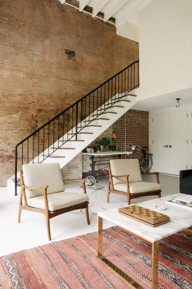 escaliers ouvert salon sejour exemple mur revêtement bois marche blanche rampe en métal