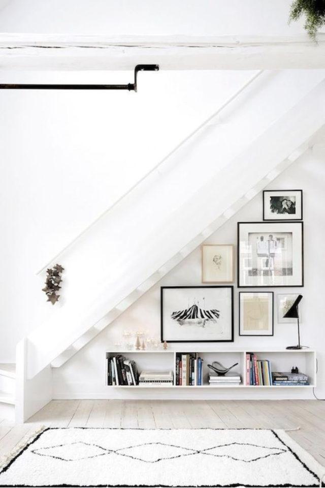 escaliers ouvert salon sejour exemple ton sur ton blanc cadres en dessous des marches
