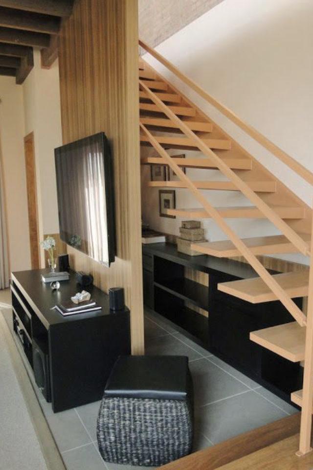 escaliers ouvert salon sejour exemple claustras bois pour télévision