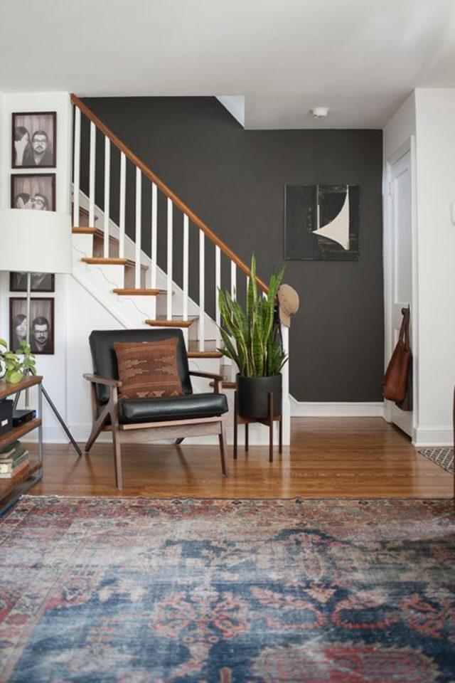 exemple amenagement escaliers ouverts salon style mid century modern mur peinture gris anthracite et marche bois