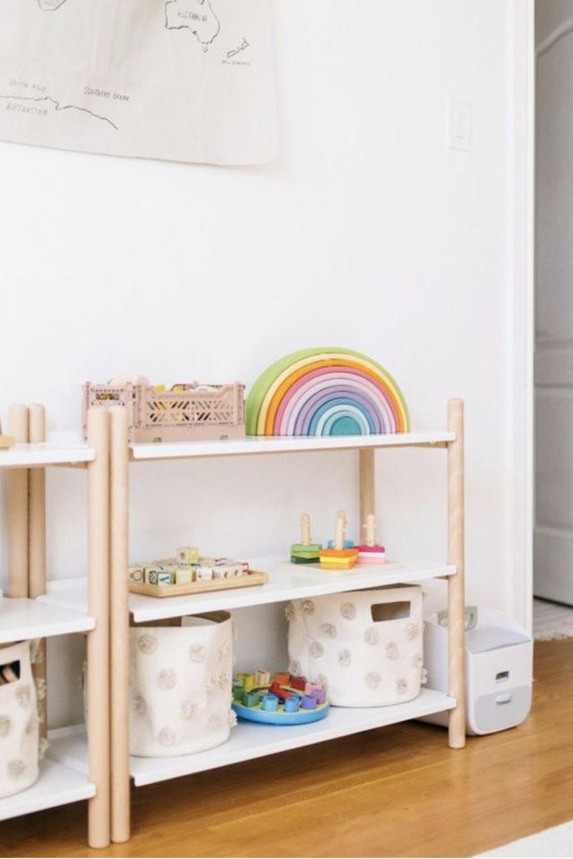 chambre enfant montessori idee petit meuble étagère rangement jouets paniers