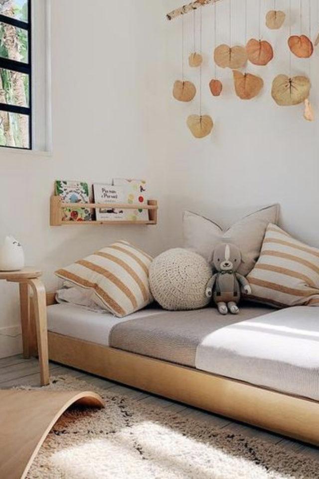chambre enfant montessori idee lit bas en bois couleur neutre tendance moderne