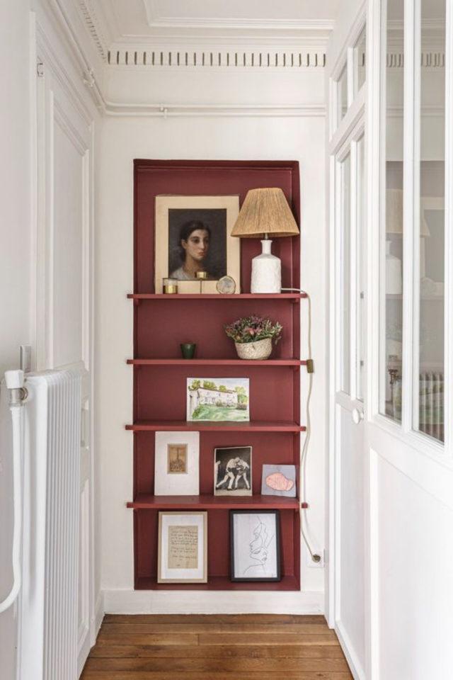 exemple couleur couloir longueur petites étagères terracotta chaleureux