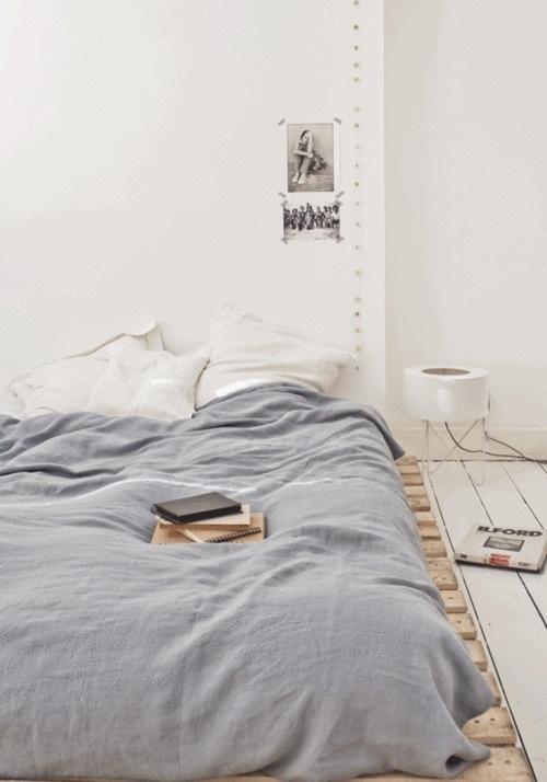 parrure-de-lit-gris-et-blanche-deco