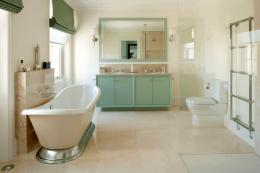 decoration salle de bain blanc et vert clair