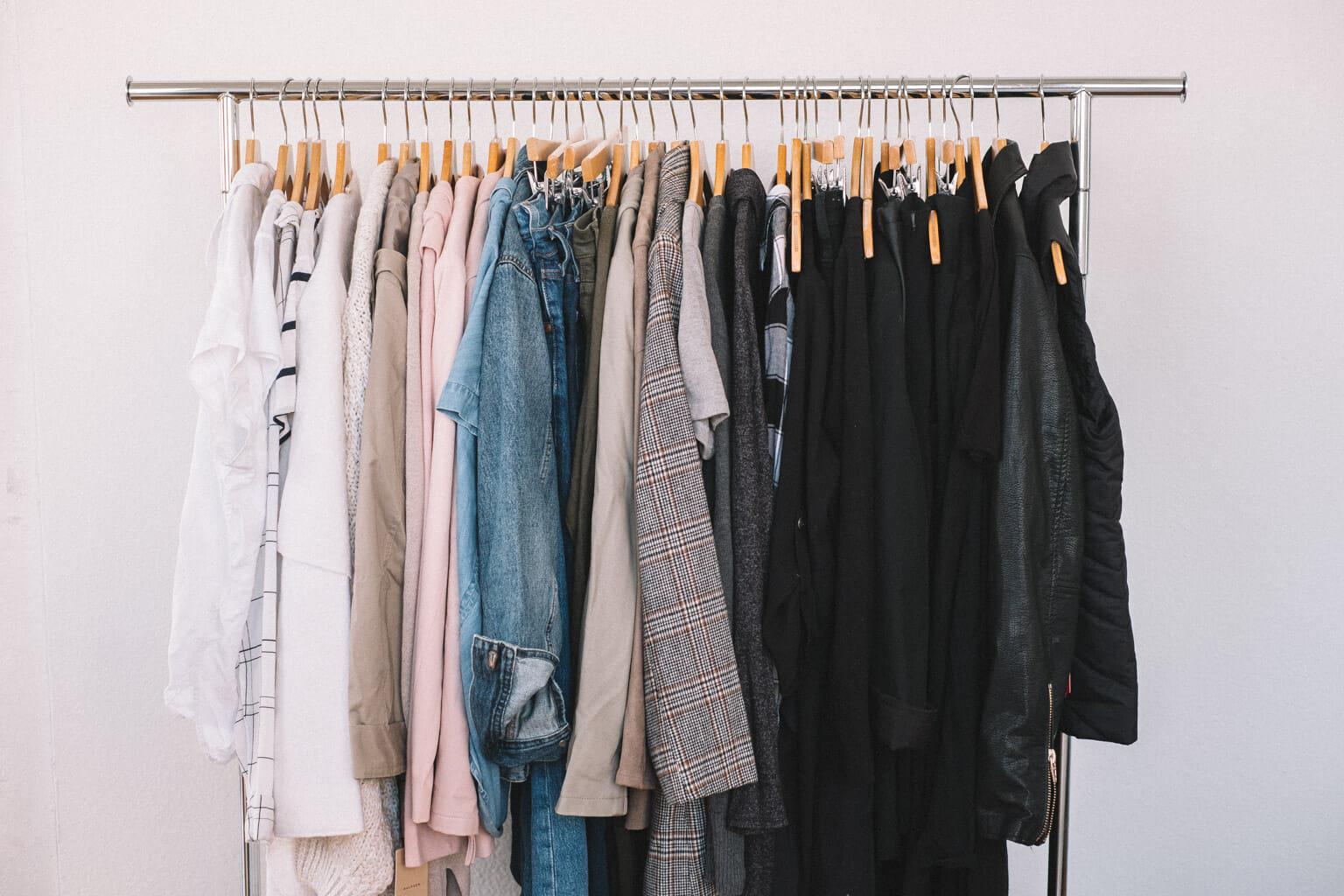 Idées Rangement Garde Robe minimalisme] désencombrer sa penderie grâce à une garde-robe