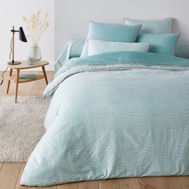 chambre couleur bleue linge de lit pois