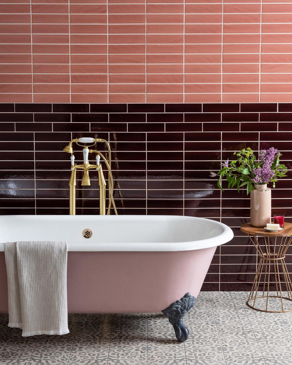carrelage original salle de bain rose