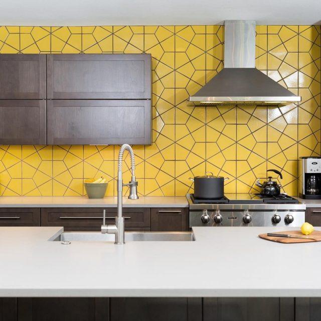 cuisine oiginale carrelage jaune geometrique